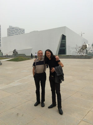 Mit Galerist Klaus Kiefer vor dem He-Museum in Wuhan