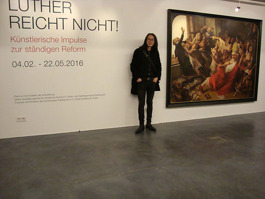"Yongbo Zhao in front of his painting ""The chalice of the popes II"", Exhibition ""Luther is not enough"", art museum Kunsthalle Kaufbeuren, 2016"