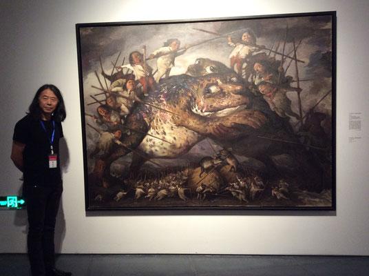 Yongbo Zhao vor seinem Bild im He-Museum Wuhan
