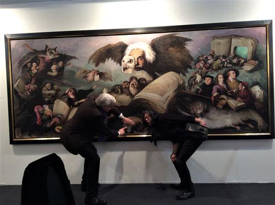 "Yongbo Zhao vor seinem Bild ""Am Anfang war das Wort"", Art Karlsruhe 2017 (Foto: Klaus Kiefer)"