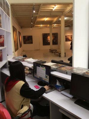 Einzelausstellung Yongbo Zhao in der Sanmu Art Gallery, Kunstbezirk 798, Peking (Foto: Klaus Kiefer)