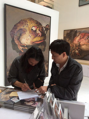 A visitor of the solo exhibition Yongbo Zhao at the Sanmu Art Gallery, Art Zone 798, Beijinging (Photo: Klaus Kiefer)