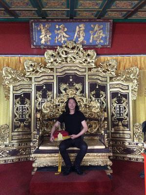 Yongbo Zhao auf dem Kaiserthron im Imperial Edict Museum, Xuzhou (Foto: Klaus Kiefer)