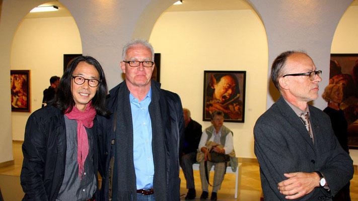 """Städtische Galerie """"Fähre"""" im Alten Kloster, Bad Saulgau, 2013: Yongbo Zhao, neben ihm ein Leihgeber, und Leiter des Kulturamts Andreas Ruess (Foto: Artur K. M. Bay)"""