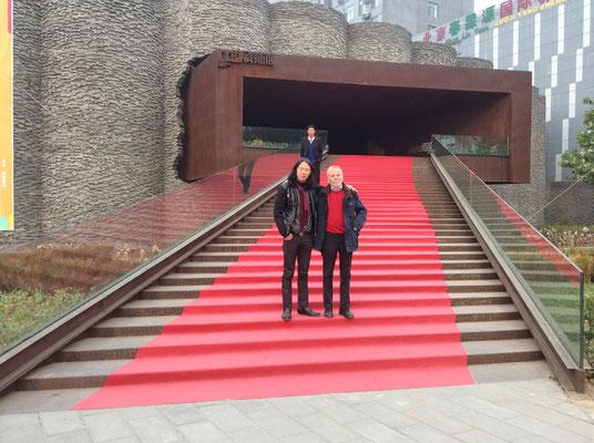 Mit Galerist Klaus Kiefer vor dem Eingang zum Sonzhuang Art Center, Peking