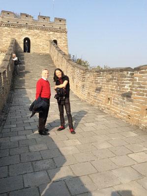 Auf der Chinesischen Mauer (mit Galerist Klaus Kiefer)