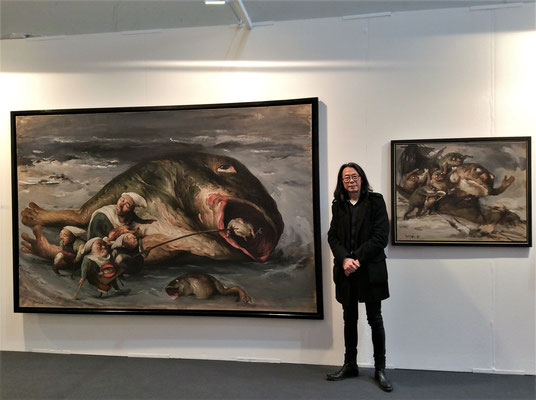 """Yongbo Zhao vor seinem Bild """"Die Korruption gedeiht überall I"""",Art Karlsruhe 2016 (Foto: Klaus Kiefer)"""