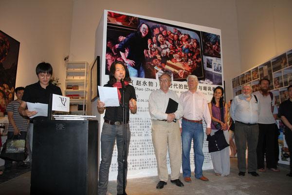 """Eröffnung der Ausstellung """"Yongbo Zhao- Kritiker und Spötter seiner Zeit"""" 2012 in der Sanmu Art Gallery, Kunstbezirk 798 Peking"""