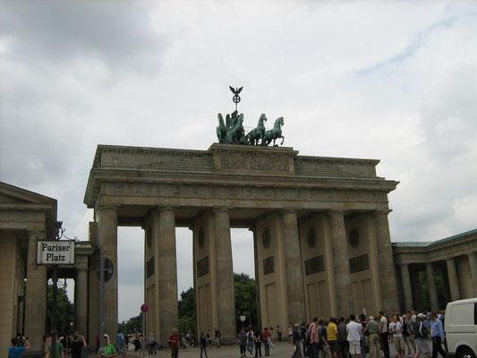 Auf dem Weg durchs Brandenburger Tor