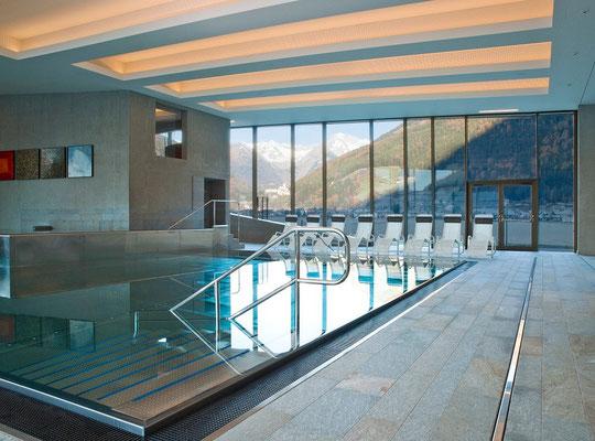 Der Familienpool im Schwimmbad auf hohem Niveau - Cascade in Sand in Taufers im Ahrntal - bei uns im Appartement Großgasteiger erhalten die Gäste 10 % Ermäßigung auf alle Eintritte