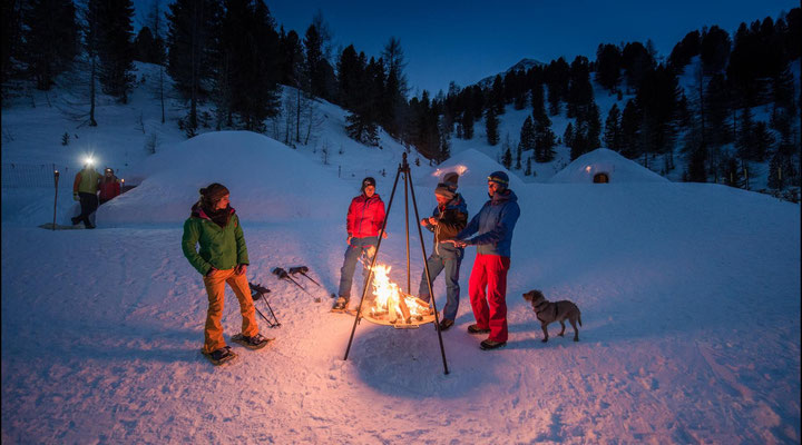(c) Kreaktiv: Romantisches Feuer mit einem heißen Drink bei den Mountain Iglus bei der Bergstation Speikboden im Ahrntal