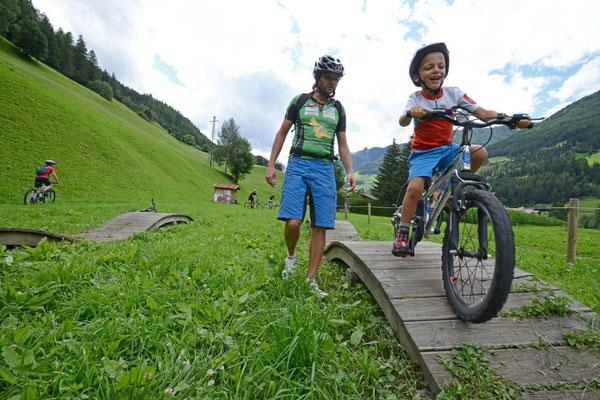 Sicher unterwegs mit dem Mountainbike - Fahrtechniktraining von Ahrntal Aktiv, dem Outdooreventanbieter in Südtirol - bei Appartements Großgasteiger in den komfortablen Ferienwohnungen im Ahrntal in Südtirol ist das Aktivprogramm inklusive