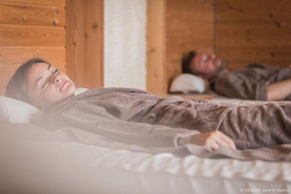 Relaxen im Ruheraum auf den Wasserbetten im Saunabereich der Cascade Sand in Taufers (c) in der Ferienregion Kronplatz