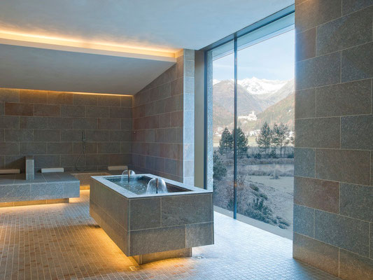 Aufwärmraum bzw. Ruheraum aus Stein im Saunabereich im Schwimmbad auf hohem Niveau - Cascade in Sand in Taufers im Ahrntal - bei uns im Appartement Großgasteiger erhalten die Gäste 10 % Ermäßigung auf alle Eintritte
