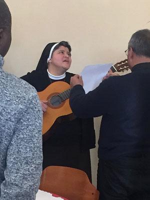 Visage non moins rayonnant et presque extasié (tourné vers la Vierge « du Sourire ») de la soeur nous faisant chanter les grâces après le repas.