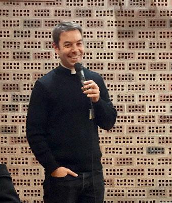 Visage (rayonnant) du P. Olivier Le Page (diocèse de Coutances) : dans le cadre de la session, il nous présentait un film « Lettres au Père Jacob » projeté le lundi soir.