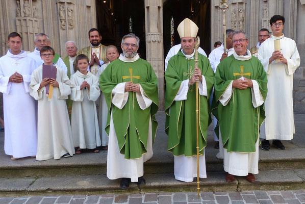 P. Thierry Hénault-Morel, nouveau recteur du sanctuaire, Mgr Habert et P. Loïc Gicquel des Touches, curé de la paroisse Notre-Dame.