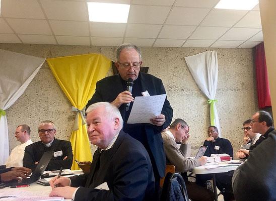Remontée des ateliers : le P. Philippe Caratgé, ancien modérateur de l'Association Jean-Marie Vianney (Ars) et prêtre à Lisieux, s'exprime au nom de son groupe.