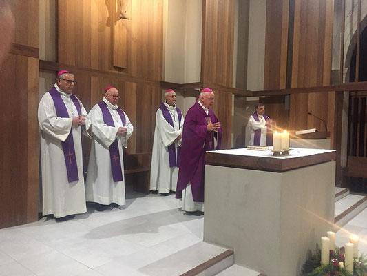 Célébration au Carmel de Lisieux, Mgr Boulanger préside, notre évêque est caché derrière lui.