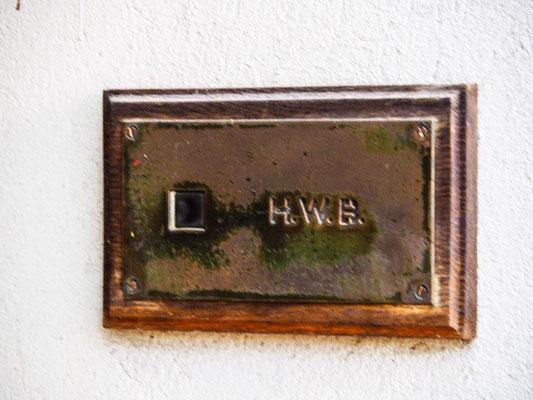 Das Klingelschild von Helene Weigel an ihrem Haus in der Chausseestraße