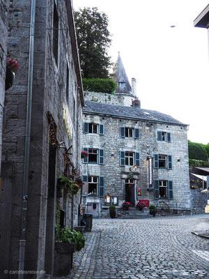 Hinter der Altstadt erhebt sich das Schloss in Durbuy