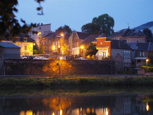 Der abendliche Blick von der Marina in Monthermé