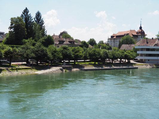 Aarburg liegt am Fluss Aare