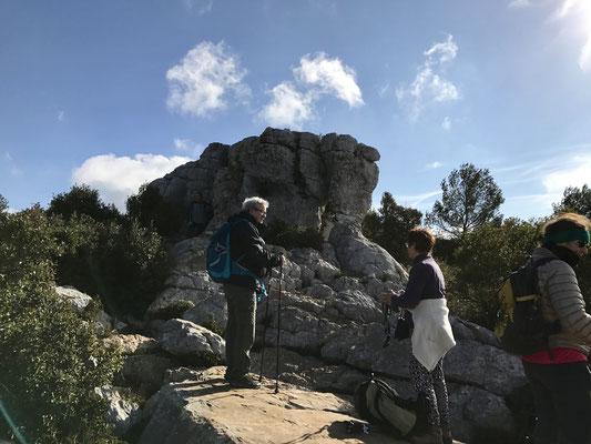 Le groupe à l'assaut de l'éléphant de pierre