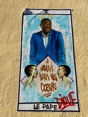 Une affiche en l'honneur de Pape Diouf, décédé du covid-19
