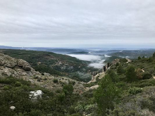 Temps nuageux et vallée dans la brume
