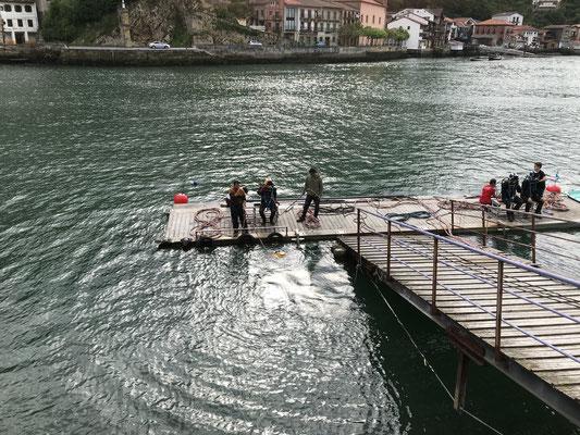 Des plongeurs en scaphandre à Pasaia.