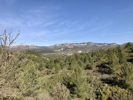 Au loin la montagne rouge est un endroit pour des essais des pompiers avec des produits retardants