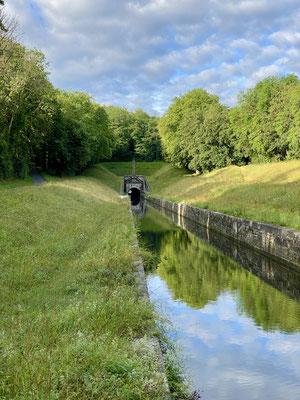 Le canal passe sous un tunnel