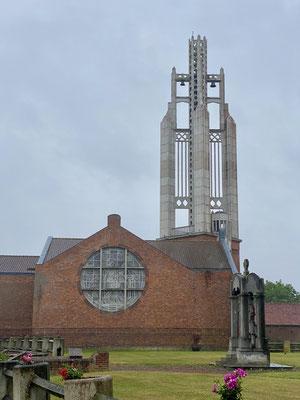 Très impressionnant ce clocher de Rocquigny en béton (reconstruit après la première guerre) Dans ce paysage très plat, il se voit de très loin