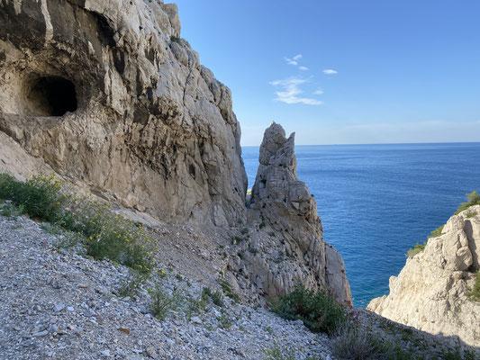 Deux passages possibles, à travers la grotte ou entre l'aiguille et la paroi