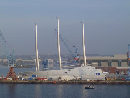 Ein Monster-Segelboot in Bau. Bestimmt ist ein Russe der Eigner