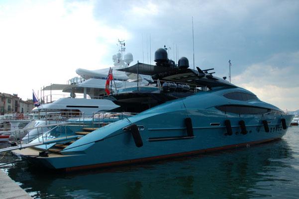 Eine kleine Yacht im Hafen