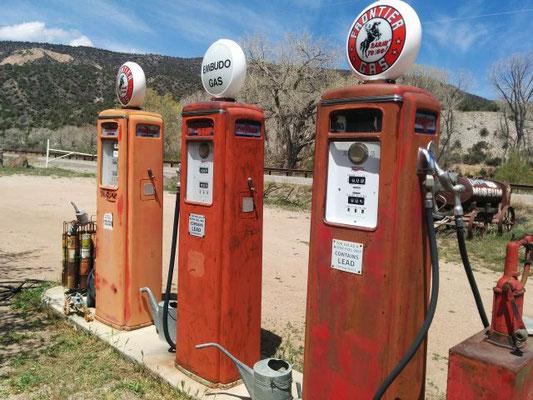 Alte Benzin und Erdgastankstelle