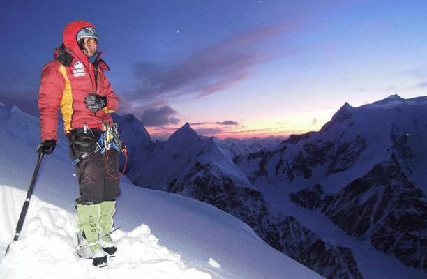 Nach 14 Stunden Aufstieg Gerlinde beim Schaufeln einer Plattform am Platz von Lager II; Kälte und eine fantastische Abendstimmung begleiten uns © Ralf Dujmovits