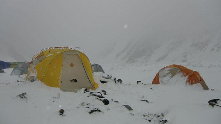Tief winterliches Wetter im Basislager vor dem 1. Gipfelversuch