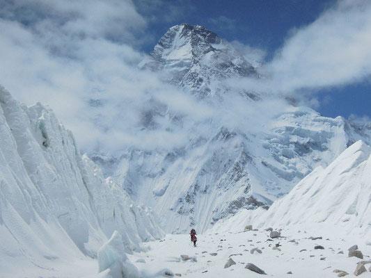 Am Ende des K2-Gletschers sehen wir einen regelrechten Korridor zwischen den Eistürmen; Blick zum K2 © Ralf Dujmovits