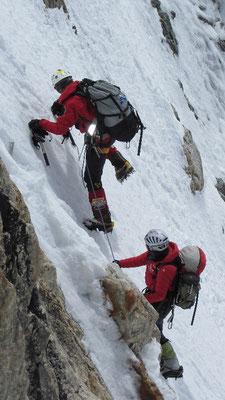 Vassiliy im Vorstieg während Gerlinde sichert; im letzten drittel des Aufstiegs nach Lager II in einer steilen Rinne © Maxut Zhumayev