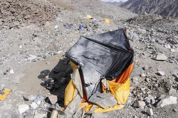 Das Zelt von Maxut wurde von einem weniger großen Felsblock mitgerissen und völlig zerstört © Ralf Dujmovits
