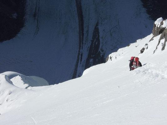 Gerlinde in hüft-tiefem Schnee beim Abstieg © Ralf Dujmovits