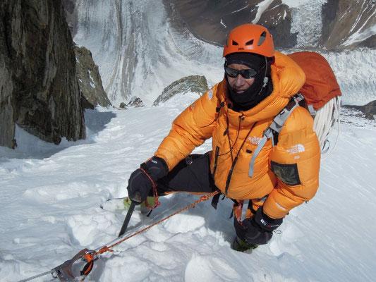 Darek an einer steilen Schneepassage zwischen Lager III und Lager IV; Tiefblick zum K2-Gletscher © Ralf Dujmovits