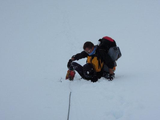 Tommy versucht nach den heftigen Neuschneefällen aus einer der vielen verdeckten Spalten herauszukommen © Ralf Dujmovits