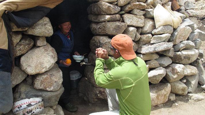 Begrüssung mit Airan auf der Alm kurz vor dem Aghil Pass (4846m) - Ralf bedankt sich mit Orangen <br> © Gerlinde Kaltenbrunner
