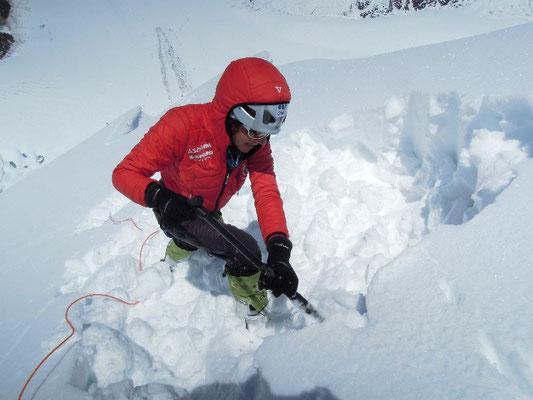 Gerlinde schaufelt eine Plattform für unsere Biwaknacht auf dem Schneegrat © Ralf Dujmovits