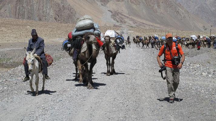 Kamelführer auf dem Esel vorweg der Karawane <br> © Gerlinde Kaltenbrunner
