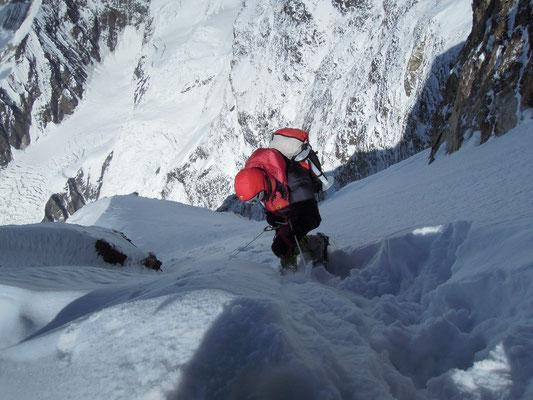 Gerlinde seilt im Tiefschnee ab; an ihrem Rucksack leere Fixseil-Rollen um diese ins Basislager zurück zu bringen © Ralf Dujmovits